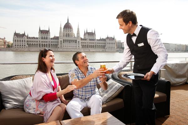 Романтический Дунай - речной круиз. Пара пьет вино на палубе